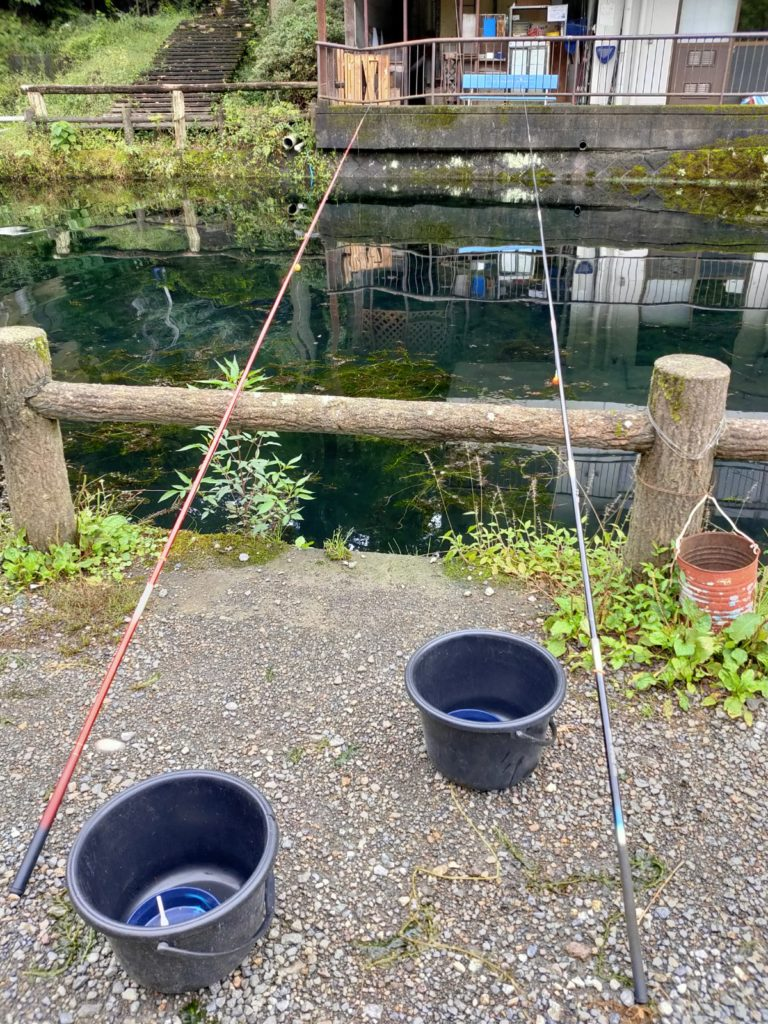 仁王尊プラザ釣り堀釣り竿とバケツ